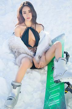 Temperament goddess Mufifi Snow Bikini looks graceful