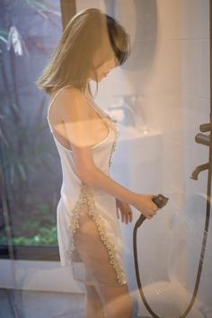 The stunner Huang Leran wet pajamas cling to the big breasts charm hook